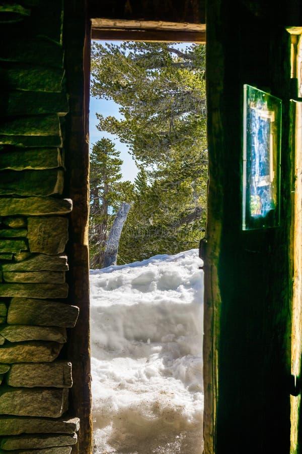 Porta de cabine parcialmente aberta, montagem da montanha San Jacinto State Park, Califórnia foto de stock