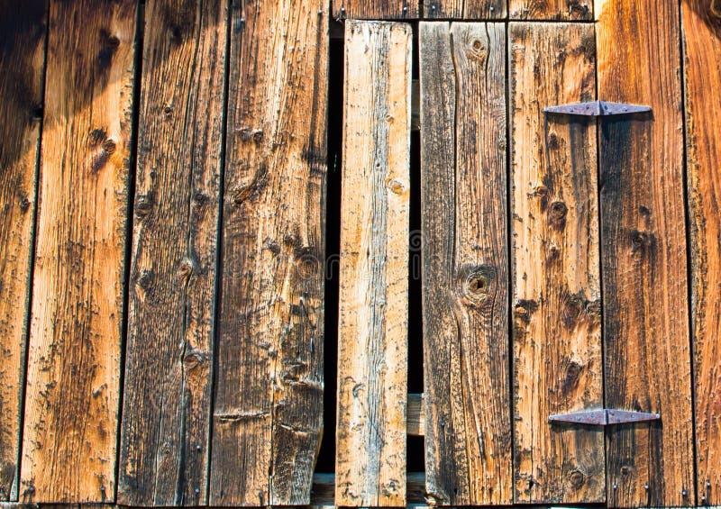 Porta de celeiro de madeira resistida imagem de stock