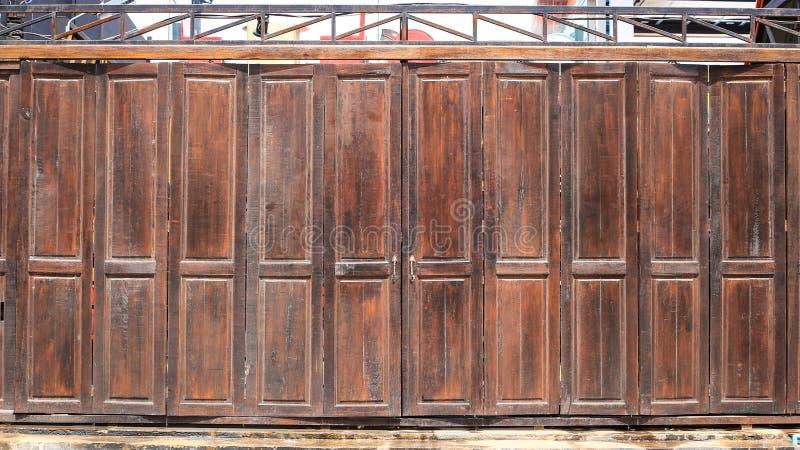 Porta de celeiro de madeira velha imagem de stock