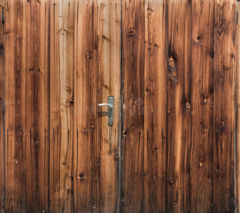 Porta de celeiro do fundo de madeira rústico das pranchas Texure orgânico fotos de stock royalty free