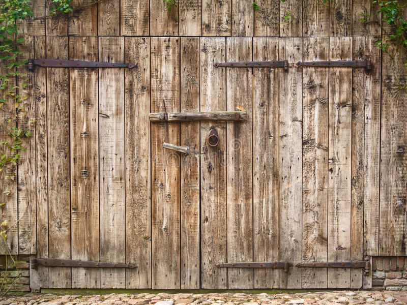 Porta de celeiro resistida velha fotografia de stock