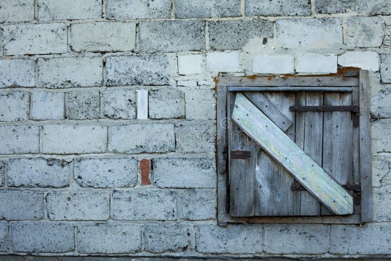 Porta de celeiro velha fechado com a porta de madeira da oxidação fotos de stock