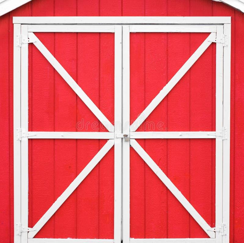 Porta de celeiro vermelha fotografia de stock