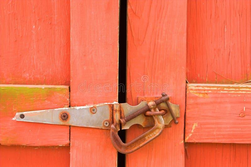 Porta de celeiro vermelha velha foto de stock