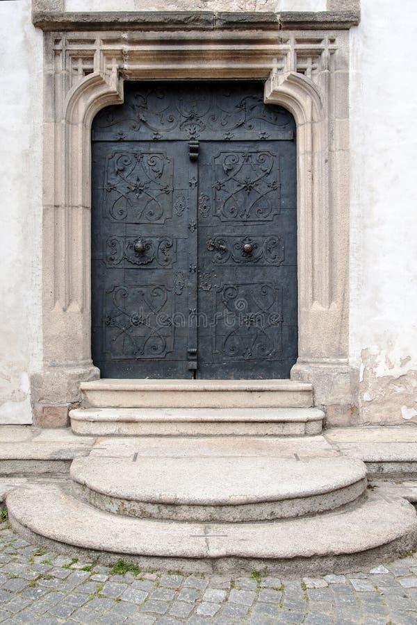 Porta de entrada antiga velha feita do ferro foto de stock