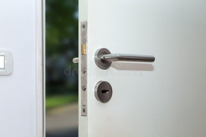 Porta de entrada blindada da parte dianteira da casa Vista interior fotografia de stock
