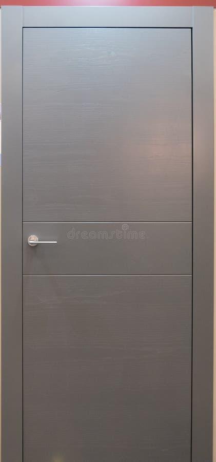 Porta de entrada cinzenta da sala de Minimalistic com punho fotos de stock