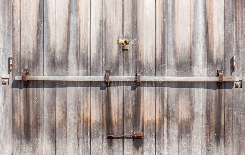 Porta de entrada de madeira com estilo retro do cadeado rústico imagens de stock royalty free