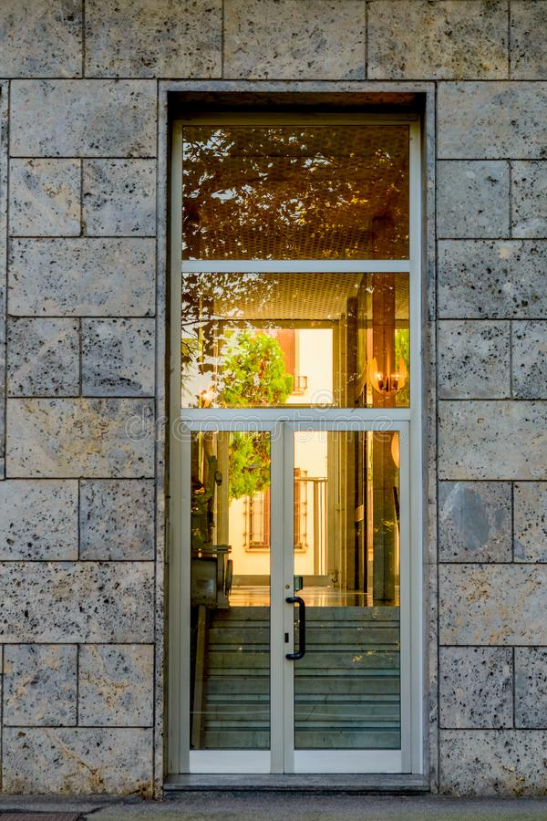 A porta de entrada de vidro à construção Arquitetura moderna da entrada da construção imagem de stock