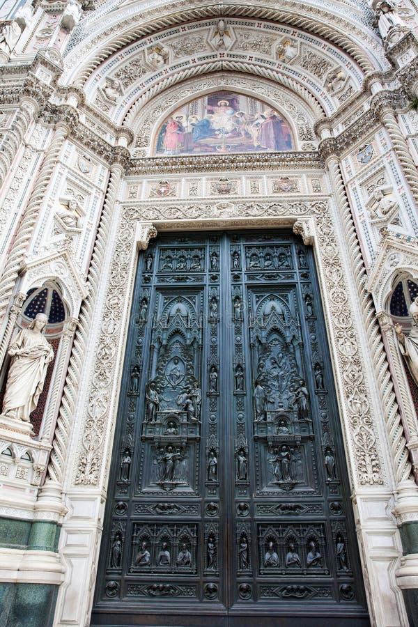 A porta de Florence Cathedral chamou formalmente di Santa Maria del Fiore de Cattedrale consagrou em 1436 fotografia de stock