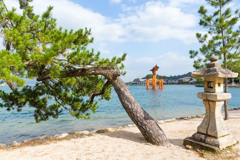 Porta de flutuação de Torii fora da costa da ilha de Miyajima fotografia de stock royalty free