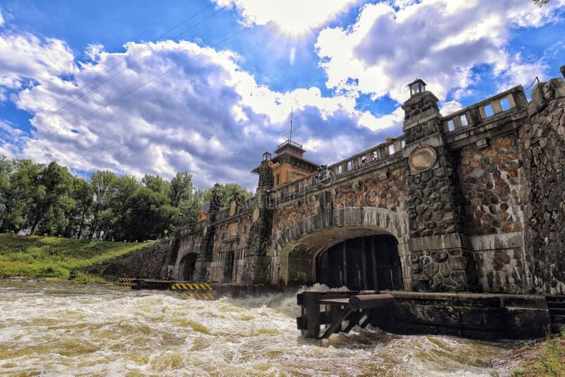 Porta de inundação histórica no rio Vltava pelo Horin fotos de stock