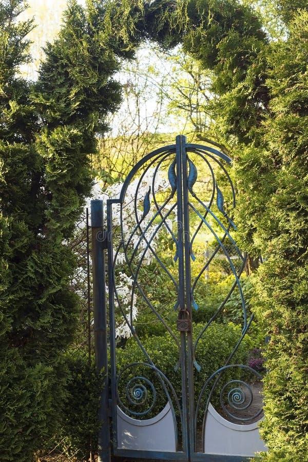 Porta de jardim com um fechamento foto de stock royalty free