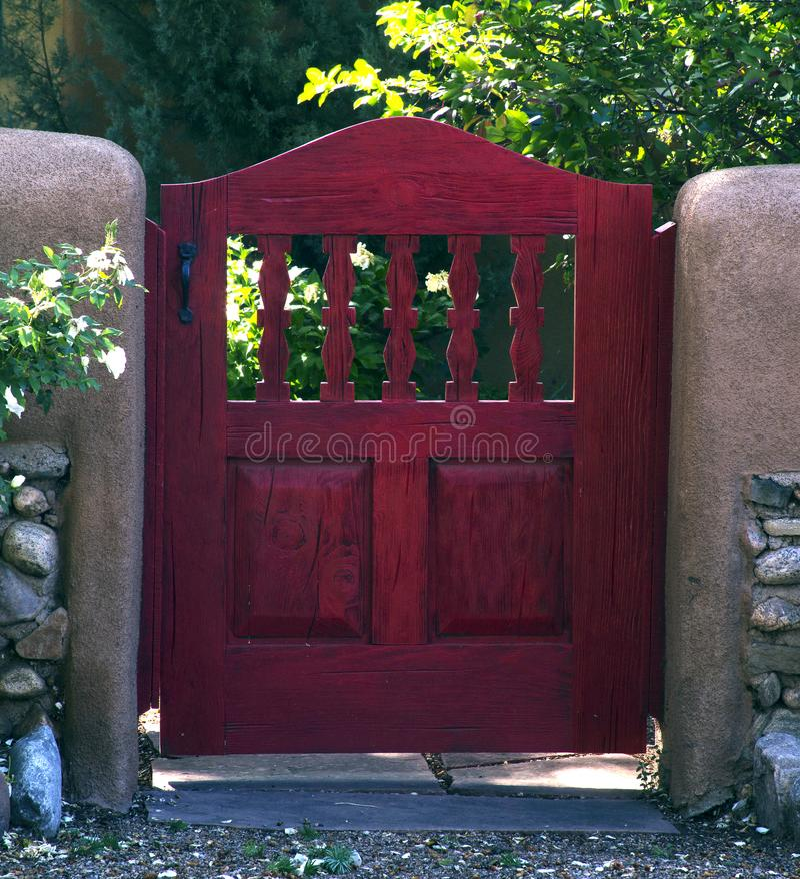 Porta de jardim vermelha perto de Canyon Road, Santa Fe, New mexico fotos de stock royalty free