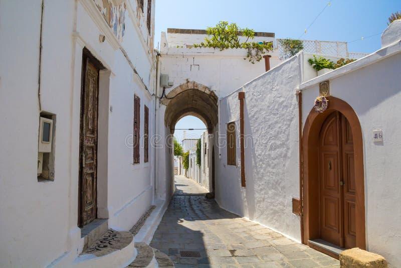 Porta de Lindos na rua estreita em Rhodes Island foto de stock royalty free