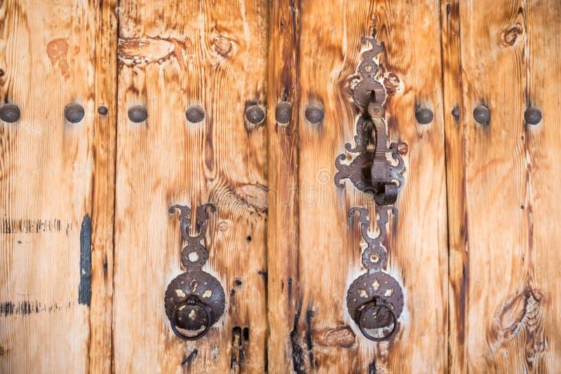 Porta de madeira antiga com anéis da aldrava de porta foto de stock royalty free