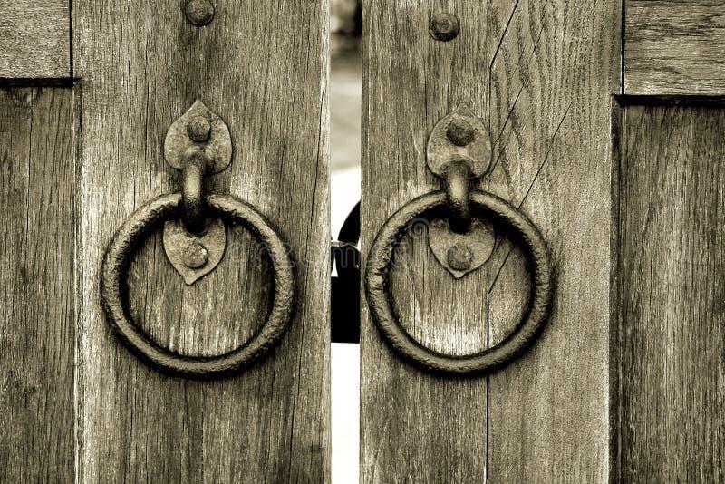 Porta de madeira antiga com anéis da aldrava de porta fotografia de stock royalty free