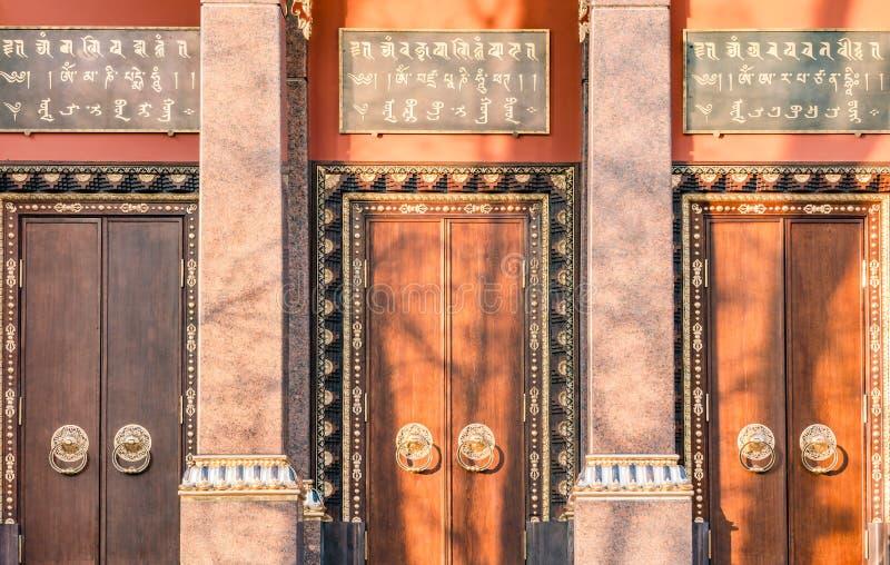 Porta de madeira antiga com close-up de dois an?is da aldrava de porta Fragmento velho da porta do templo budista Datsan Gunzecho imagens de stock
