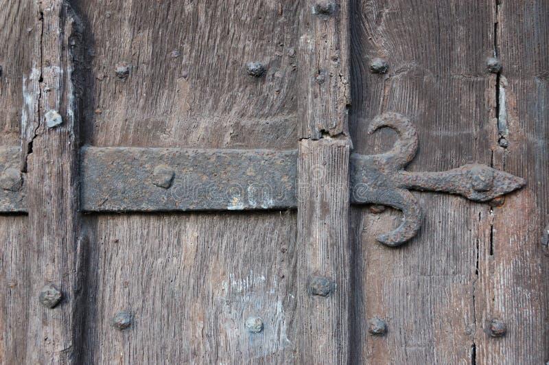 Porta de madeira antiga com indústria siderúrgica da flor de lis imagem de stock royalty free
