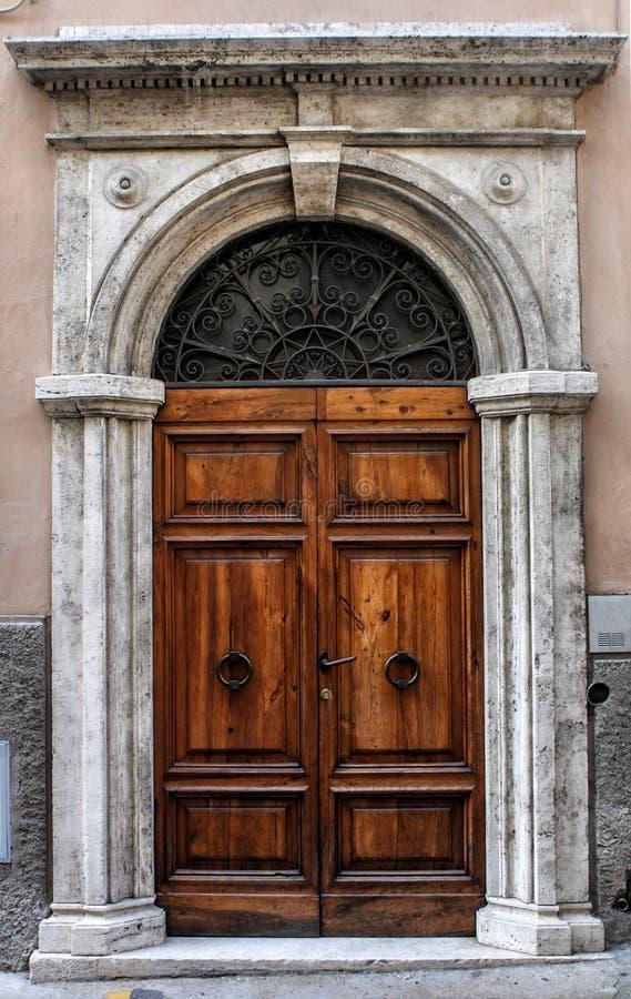 Porta de madeira antiga de uma construção histórica em Perugia (Toscânia, Itália) imagens de stock