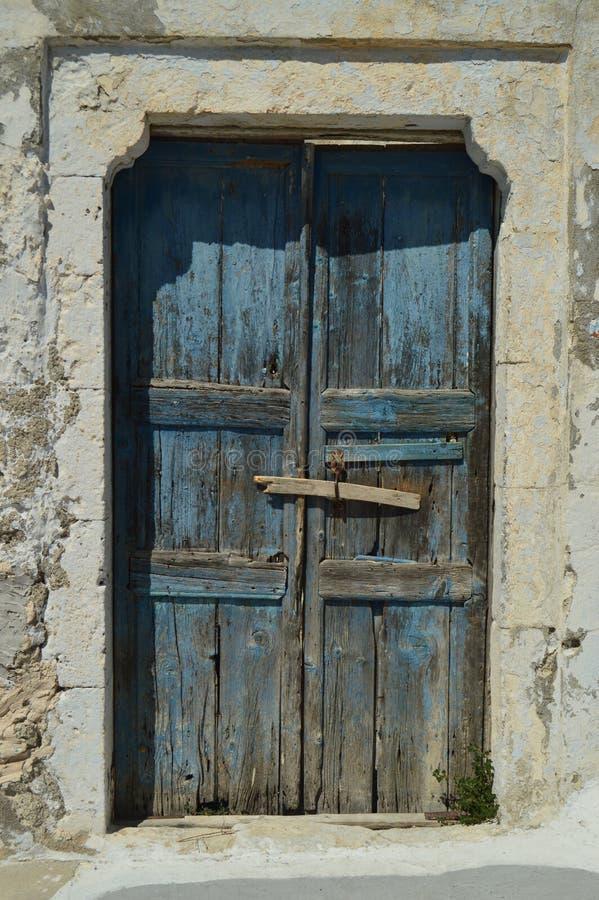 Porta de madeira azul bonita de uma casa típica em Pyrgos Kallistis na ilha de Santorini Curso, cruzeiros, arquitetura, terras imagem de stock