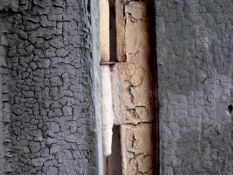 Porta de madeira azul velha da madeira com a dobradiça de porta branca desvanecida foto de stock royalty free