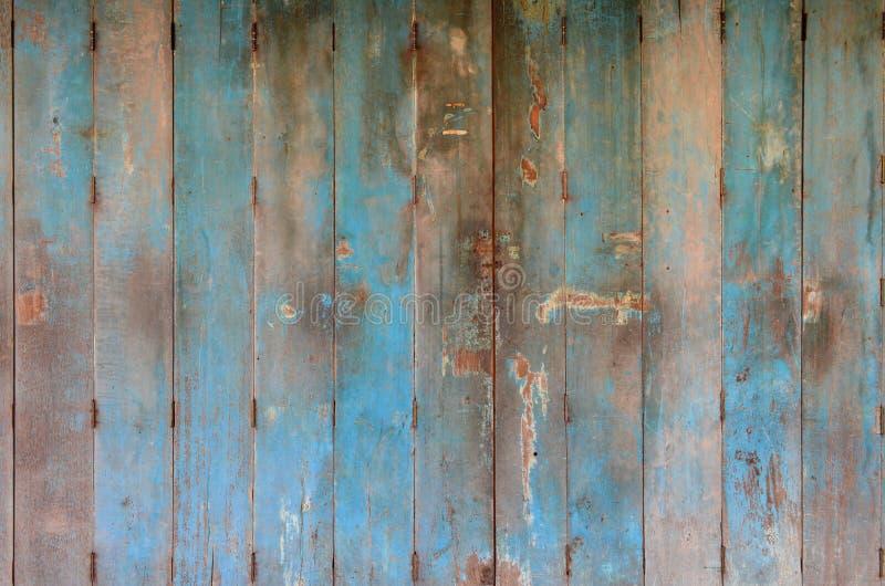 Porta de madeira azul velha e suja Textura de madeira do fundo da porta Decoração da parede e da porta imagem de stock royalty free