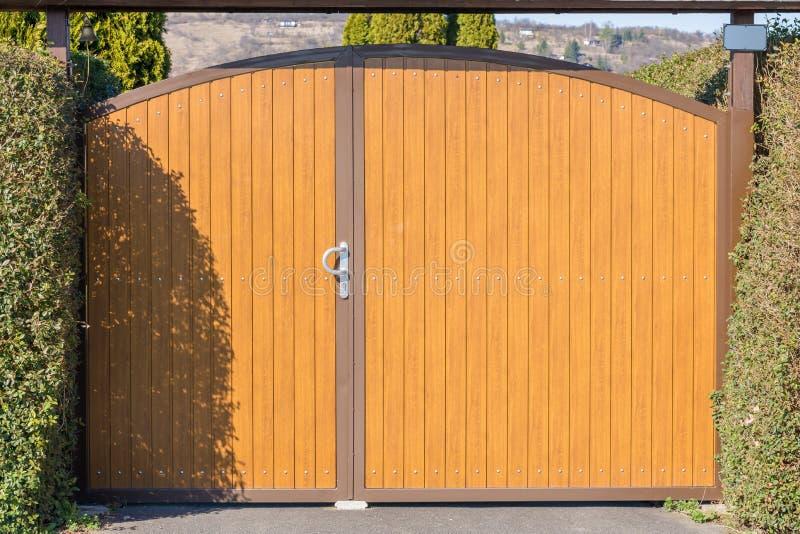 Porta de madeira bonita no quadro do metal para uma área prestigiosa da entrada foto de stock royalty free