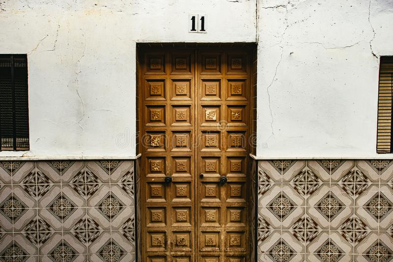 Porta de madeira cinzelada e parede telhada fotografia de stock