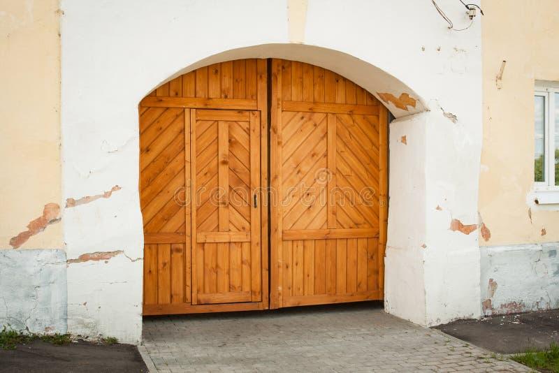 Porta de madeira clássica na parede de pedra velha fotos de stock