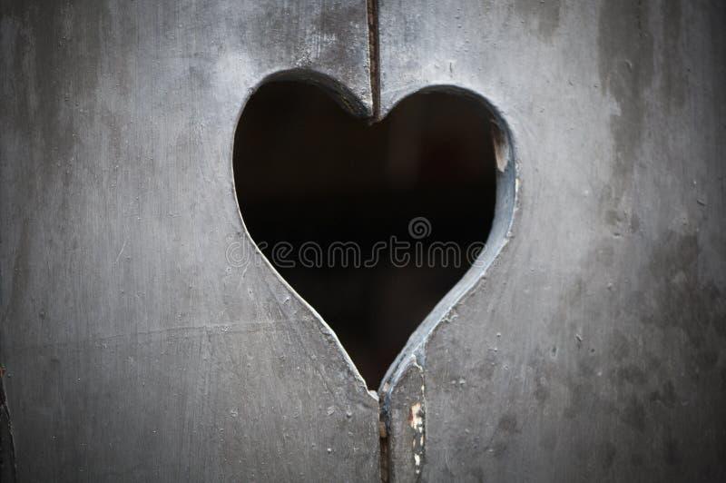 Porta de madeira com coração fotos de stock royalty free