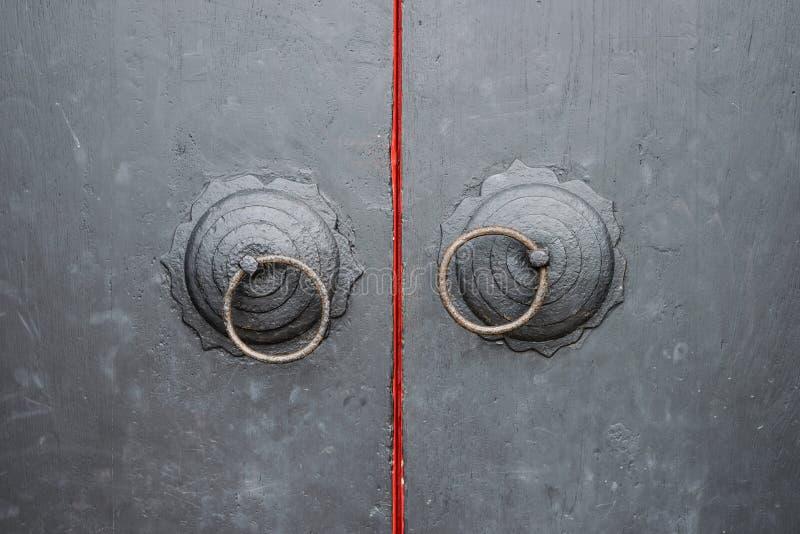 Porta de madeira com o puxador da porta dois antigo Estilo chinês foto de stock