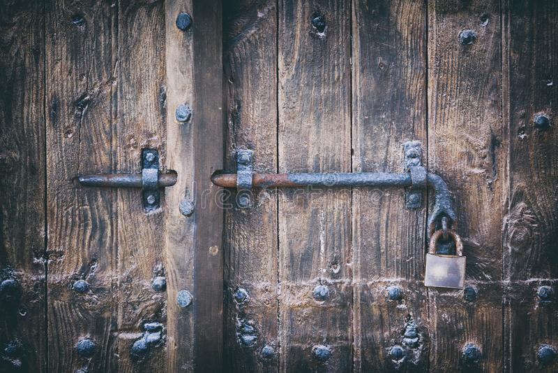 Porta de madeira com parafuso e cadeado imagem de stock