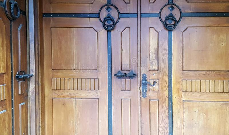 Porta de madeira com punhos do ferro imagens de stock royalty free