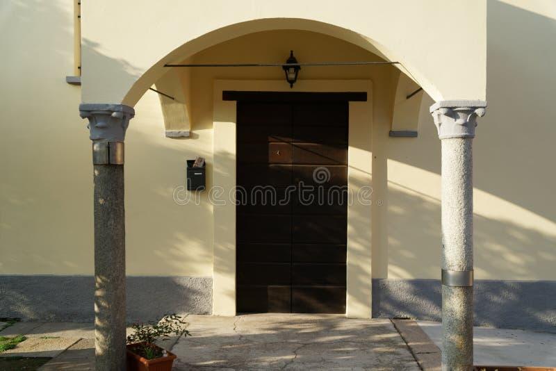A porta de madeira da entrada em uma igreja italiana velha fotos de stock