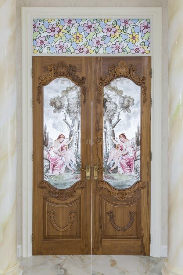 Porta de madeira da teca com vidro do espelho - fundo fotografia de stock royalty free