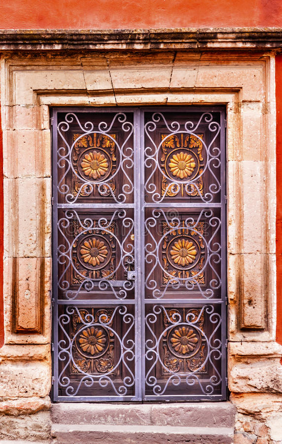 Porta de madeira decorada dourada San Miguel Mexico de Brown do metal fotografia de stock royalty free