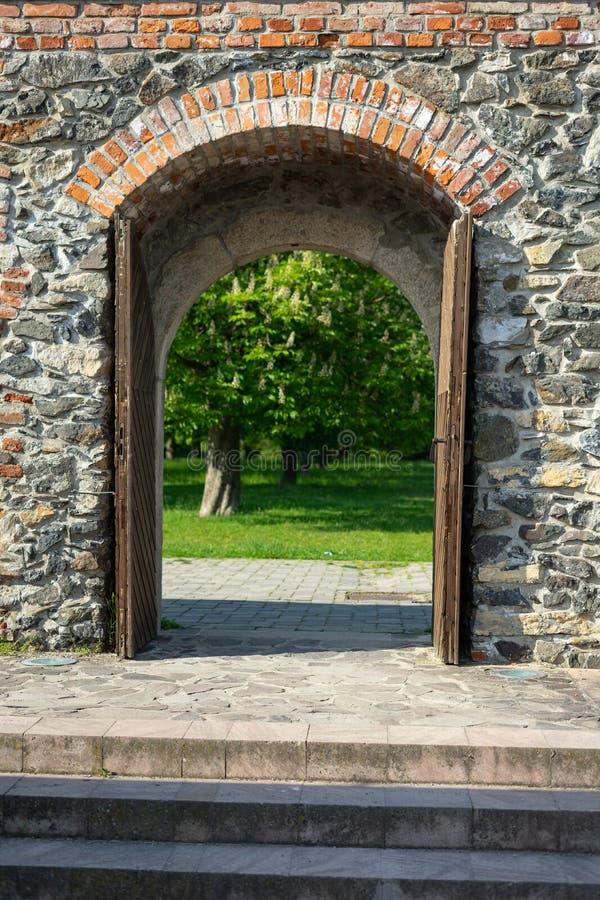 Porta de madeira do castelo que conduz para jardinar fotos de stock royalty free