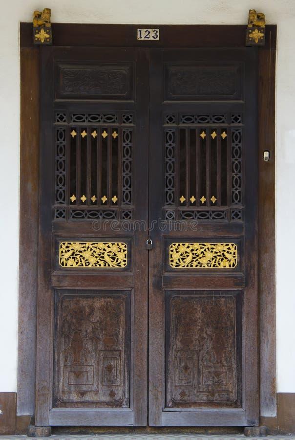 Porta de madeira do estilo chinês fotografia de stock royalty free