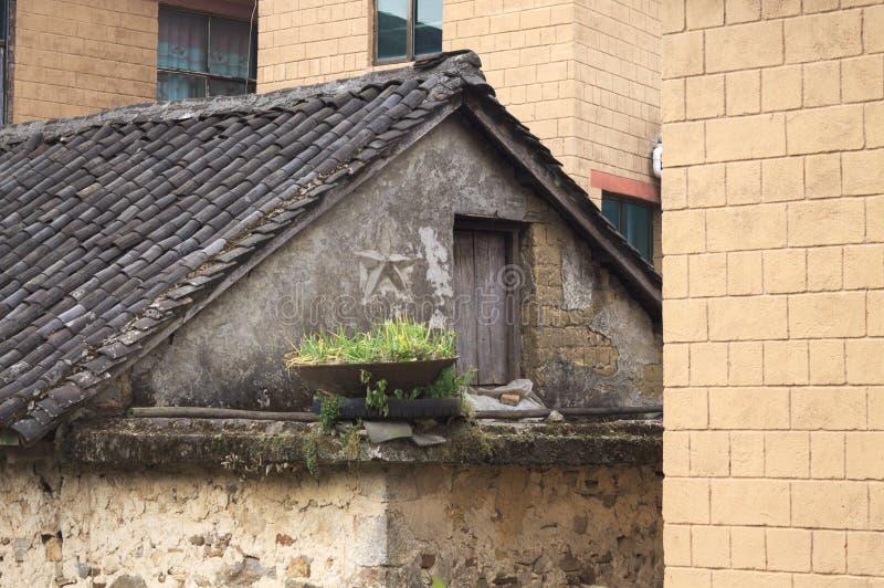 Porta de madeira do sótão de uma casa abandonada fotografia de stock royalty free