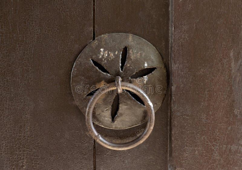 Porta de madeira do vintage com punho e a aldrava forjados foto de stock