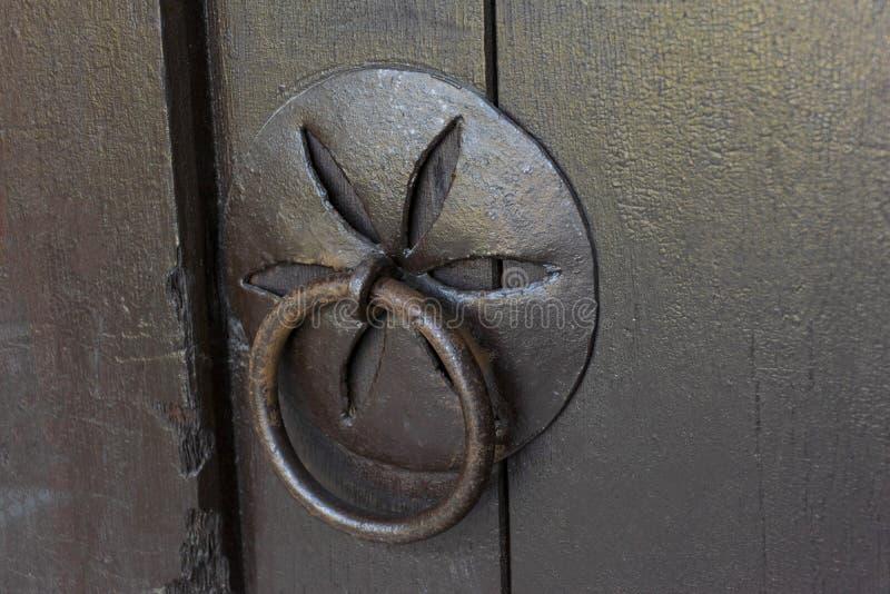 Porta de madeira do vintage com punho e a aldrava forjados imagem de stock