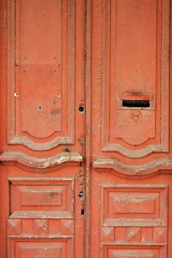A porta de madeira do vintage pintou o vermelho com furo da caixa de letra fotos de stock royalty free