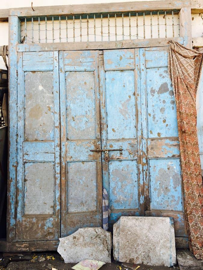 Porta de madeira do vintage velho foto de stock royalty free