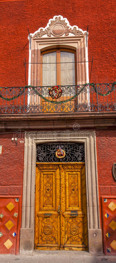 Porta de madeira dourada San Miguel de Allende Mexico de Brown fotografia de stock