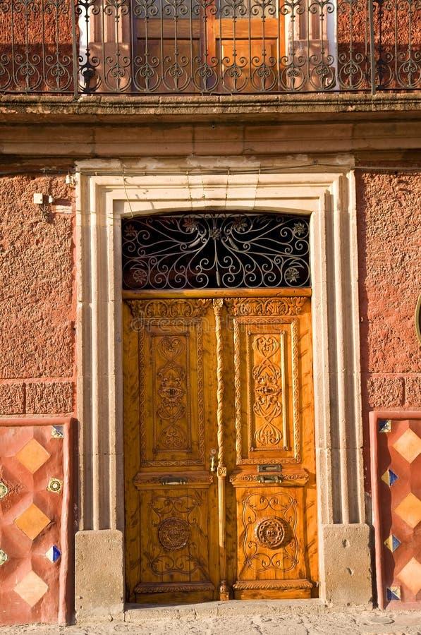 Porta de madeira dourada San Miguel México de Brown fotografia de stock royalty free