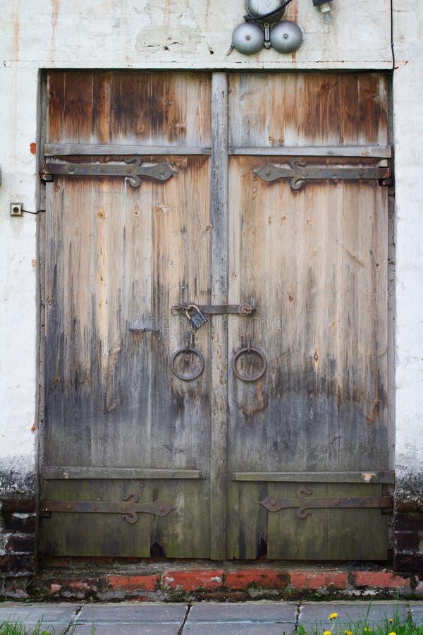 Porta de madeira envelhecida velha com a parede de tijolo branca em Novodevichy Conven fotos de stock