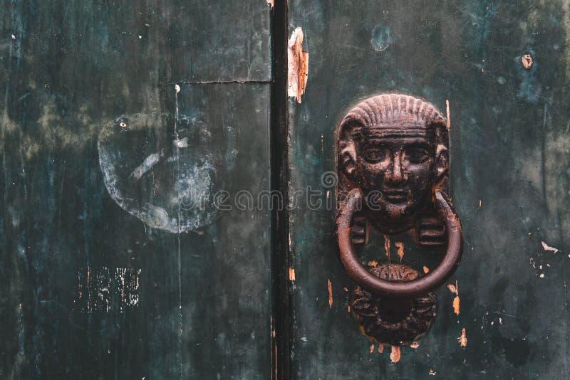 Porta de madeira fechada do vintage velho com fechadura da porta, textura, fundo imagens de stock