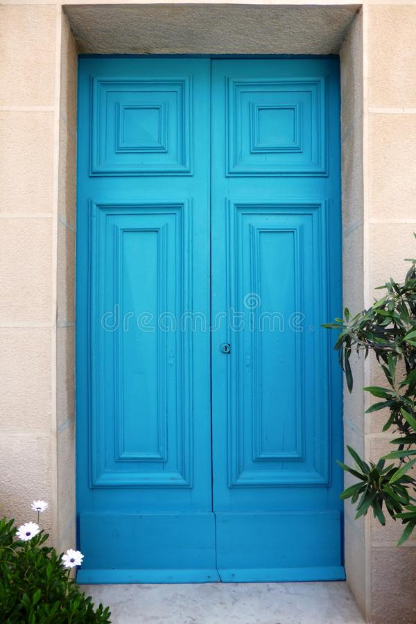 Porta de madeira fechado de turquesa do estilo mediterrâneo fotos de stock royalty free