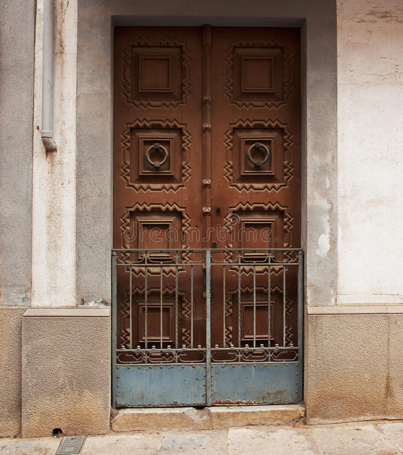 Porta de madeira fechado em uma construção velha fotos de stock